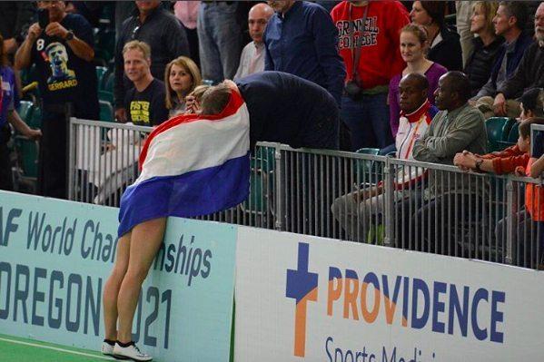 Dafne geeft haar vader een knuffel na de 60meter finale